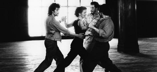 """Pakylėto išsilaisvinimo apimta Sally Potter herojė sklando pagal Ástor Piazzollos """"Libertango"""" choreografijoje su trimis šokio partneriais: Pablo Verón,Gustavo Naveira ir Fabián Salas."""